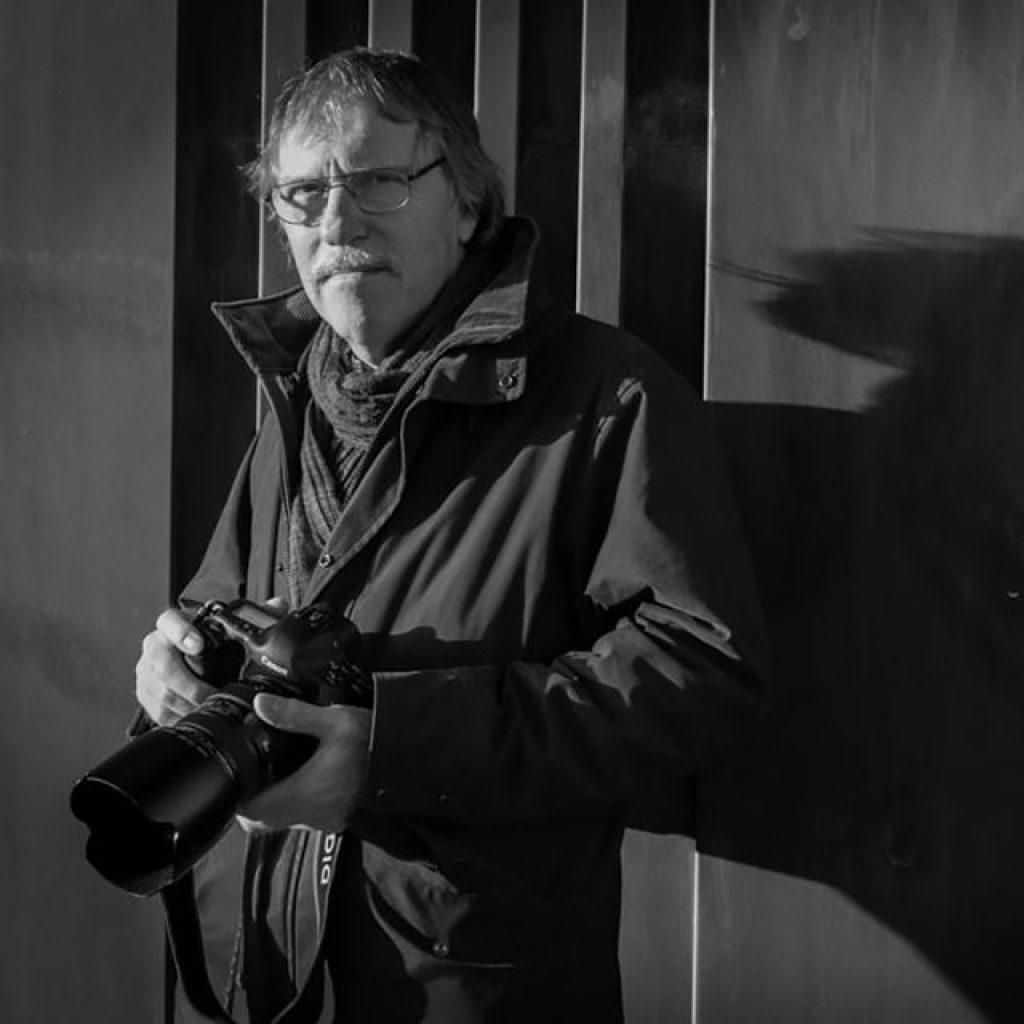 Foto på Fotograf Lennart Nilsson, Står med kamera