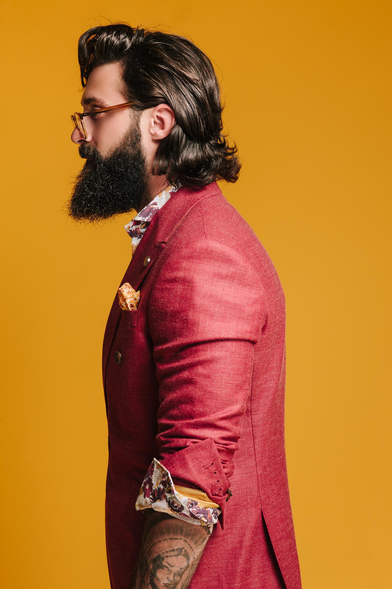 Modebild för Castor Pollux Röd kavaj mot gul bakgrund, reklam