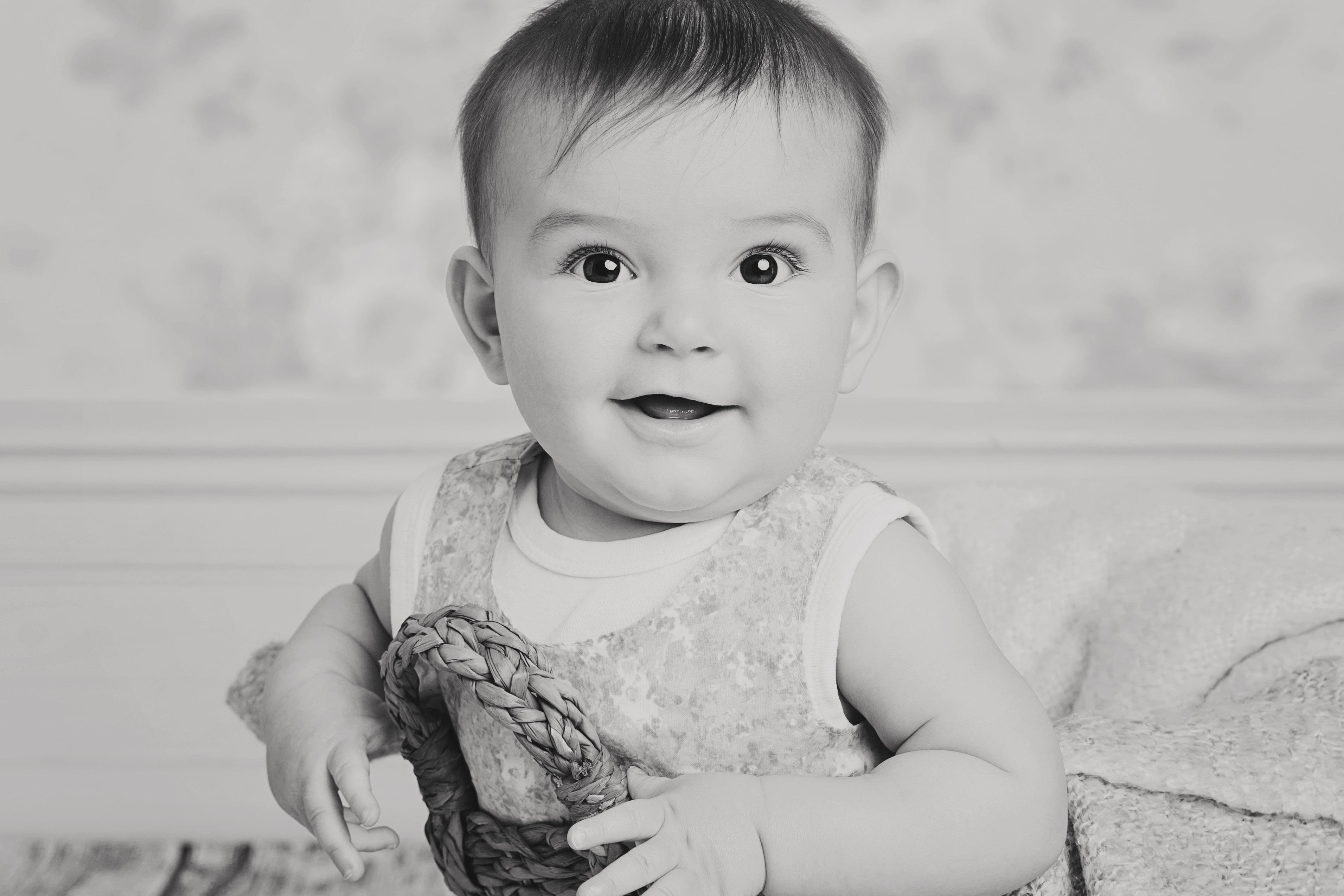 Barnporträtt i korg i svartvitt